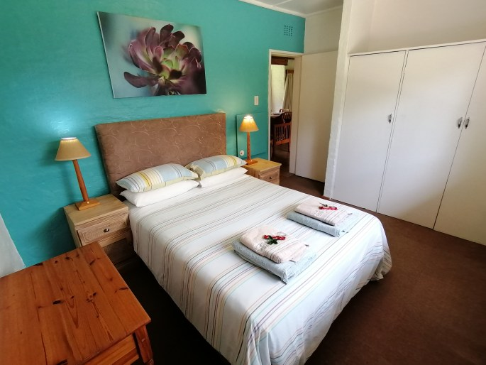 Queen bed, bedroom: Room with two single beds