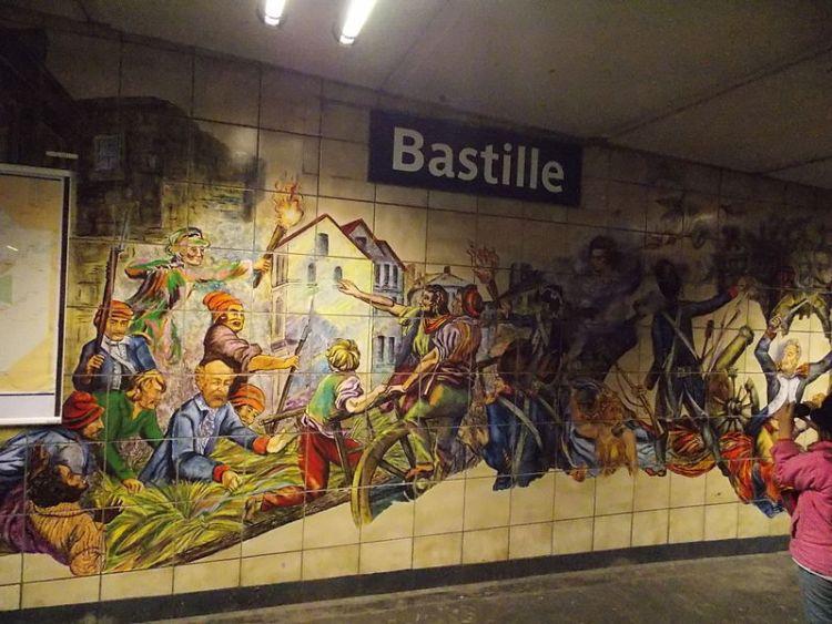 800px-Paris_Metro,_Line_1,_Bastille_Station_15.JPG