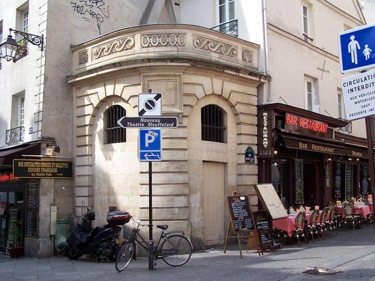 800px-Fontaine_du_Pot-de-Fer