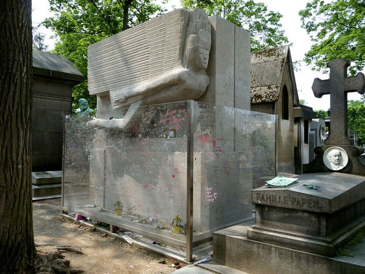 800px-Tomb_of_Oscar_Wilde,_Père_Lachaise_cemetery,_Paris,_France.jpg