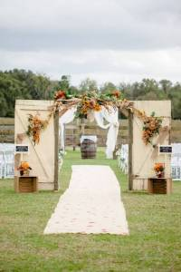 10 Rustic Old Door Wedding Decor Ideas If You Love Outdoor ...