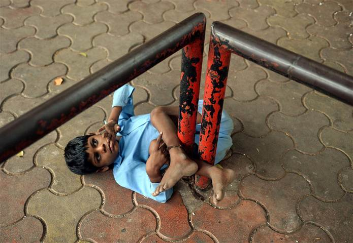 140526-india-disabled-poverty-child-9a_5ac9564016e24b60a1bb8136ae3416e6.nbcnews-ux-720-480