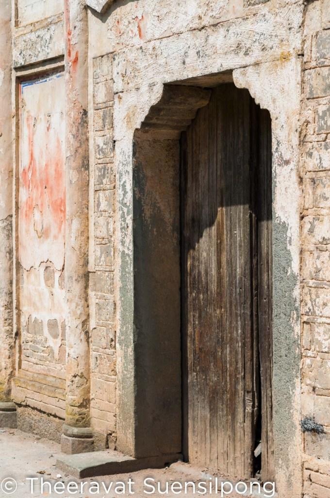 ประตูหน้าศาลเจ้า เราไม่เข้าศาลเจ้าทางนี้หรอกนะครับ เพราะประตูถูกปิดเอาไว้ แต่เราใช้ทางเข้าด้านข้างแทน