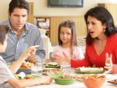 family-argue-dinner-table_SI