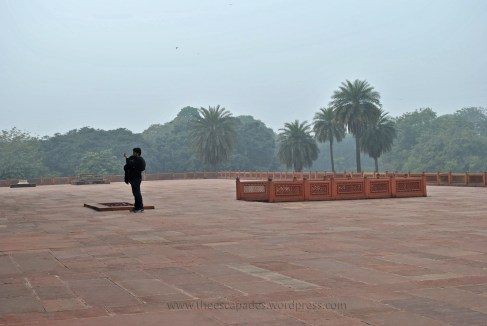 A visitor on the Chabootra at Humayun's Tomb (New Delhi, India)