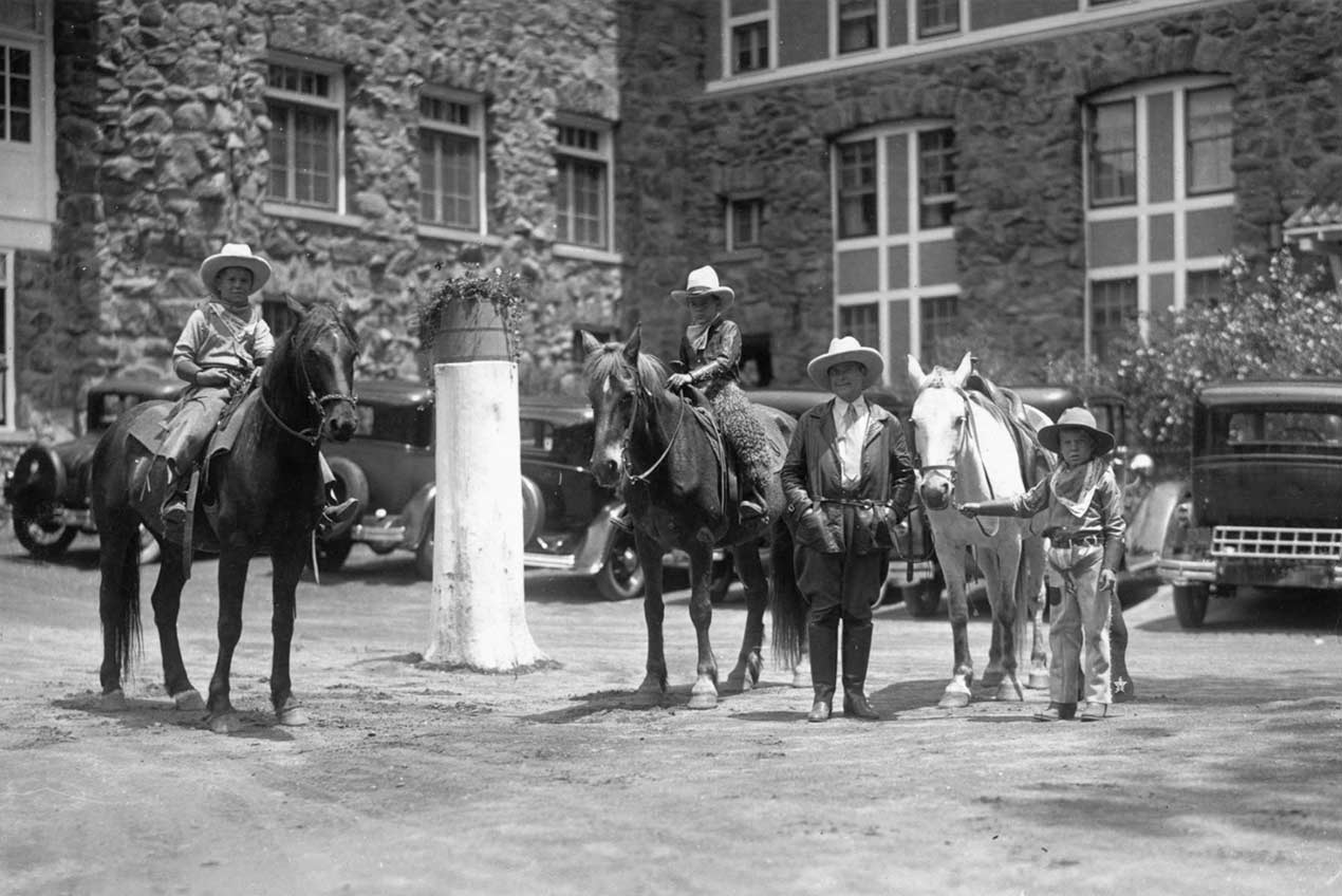 Troutdale Hotel - horses