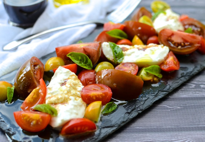 Impress anyone with this Simple Tomato & Burrata Salad | www.theeverykitchen.com