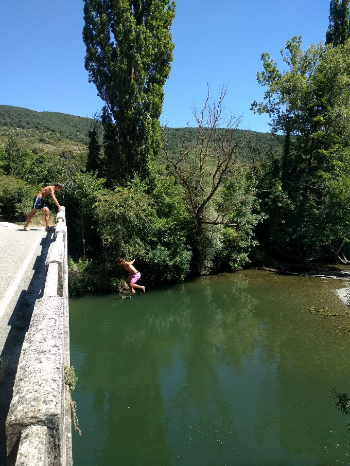 Bridge jumping on a hot day in Navarra on the Camino Frances | theeverykitchen.com