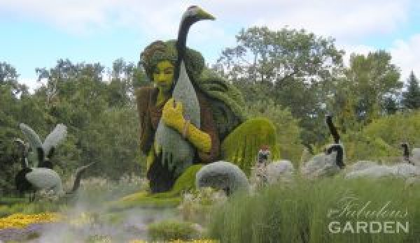 mosaiculture woman with cranes