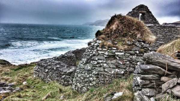 Ancient beehive hut on the rocky cliffs of the Dingle Peninsula
