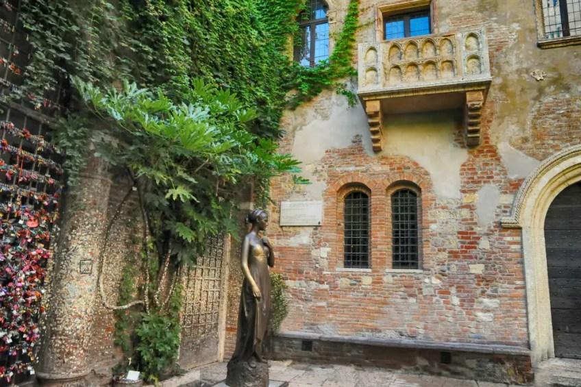 romeo and juliet in verona italy, juliet's balcony, juliet's statue