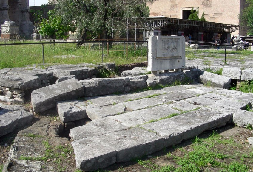 Roma Foro Romano Lacus Curtius By MM - Own work, CC BY-SA 3.0,