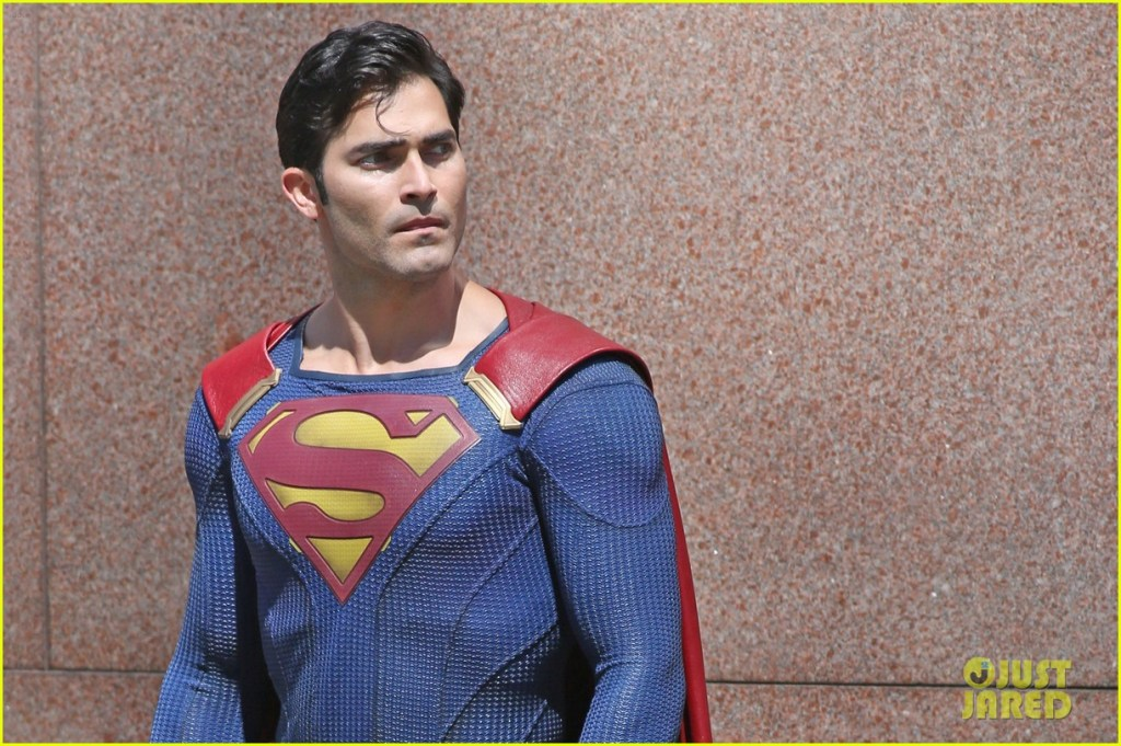 tyler-hoechlin-saves-day-on-supergirl-as-superman-filming-01
