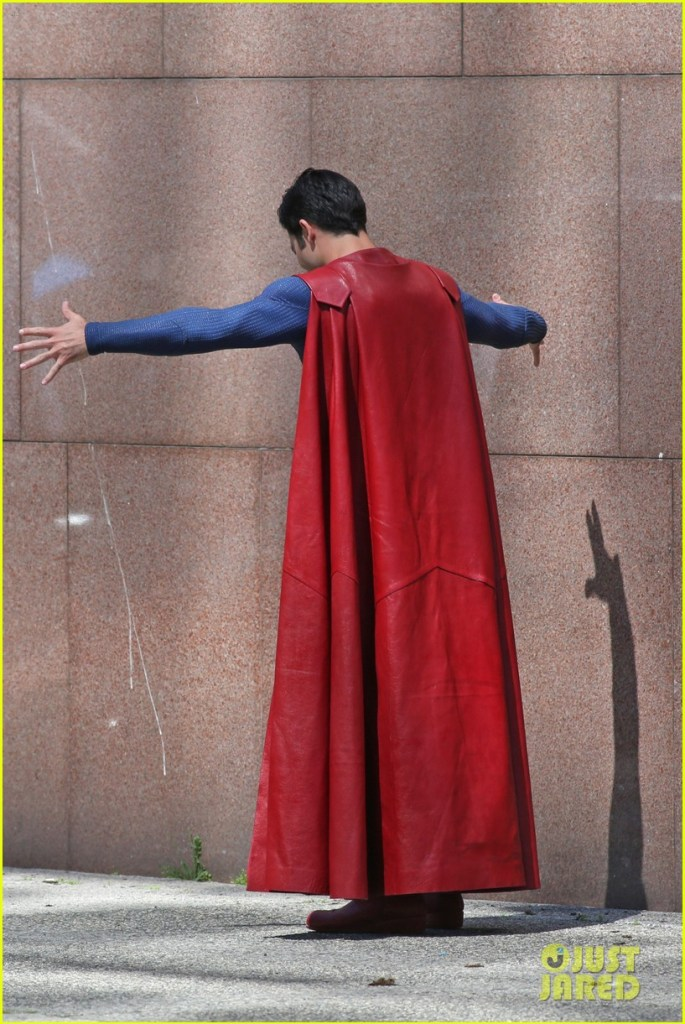 tyler-hoechlin-saves-day-on-supergirl-as-superman-filming-14