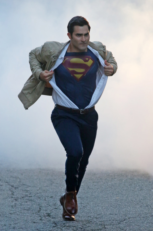 tyler_hoechlin_superman_supergirl_season_2 (2)