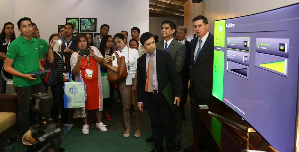 Meralco Chief Technology Advisor Gavin Barfield (rightmost) is joined by Meralco VP and Head of Marketing, Customer Solutions and Product Development Tony Valdez (4th from right) and Meralco Senior AVP and Head of Corporate Technology Strategy and Architecture Carlo Casem (3rd from right) as they show to media how household lighting can be managed via a smart meter. #MTECH2016