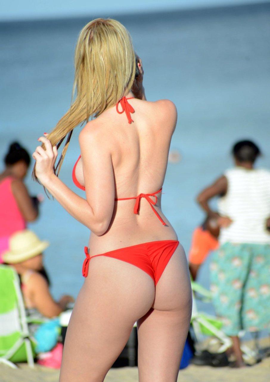 Rachel-Sanders-in-a-Bikini-10