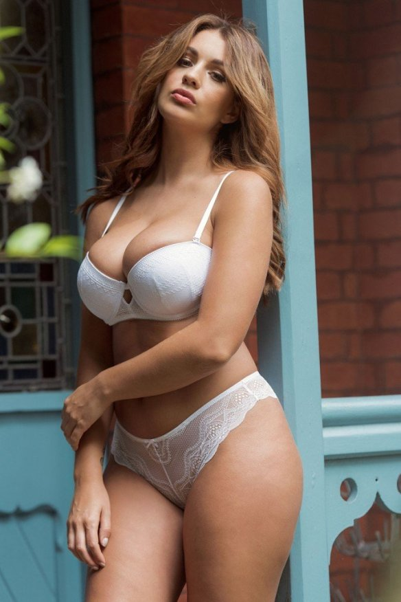 Holly Peers Sexy and Topless 4