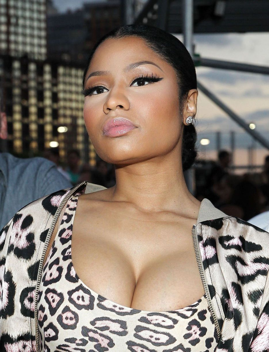 Nicki Minaj Cleavage (4 Photos)