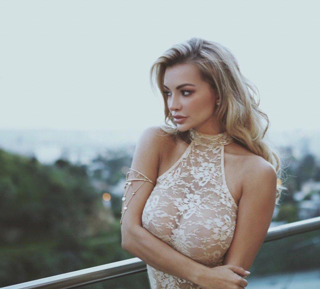 Lindsey Pelas Braless (4 Photos)