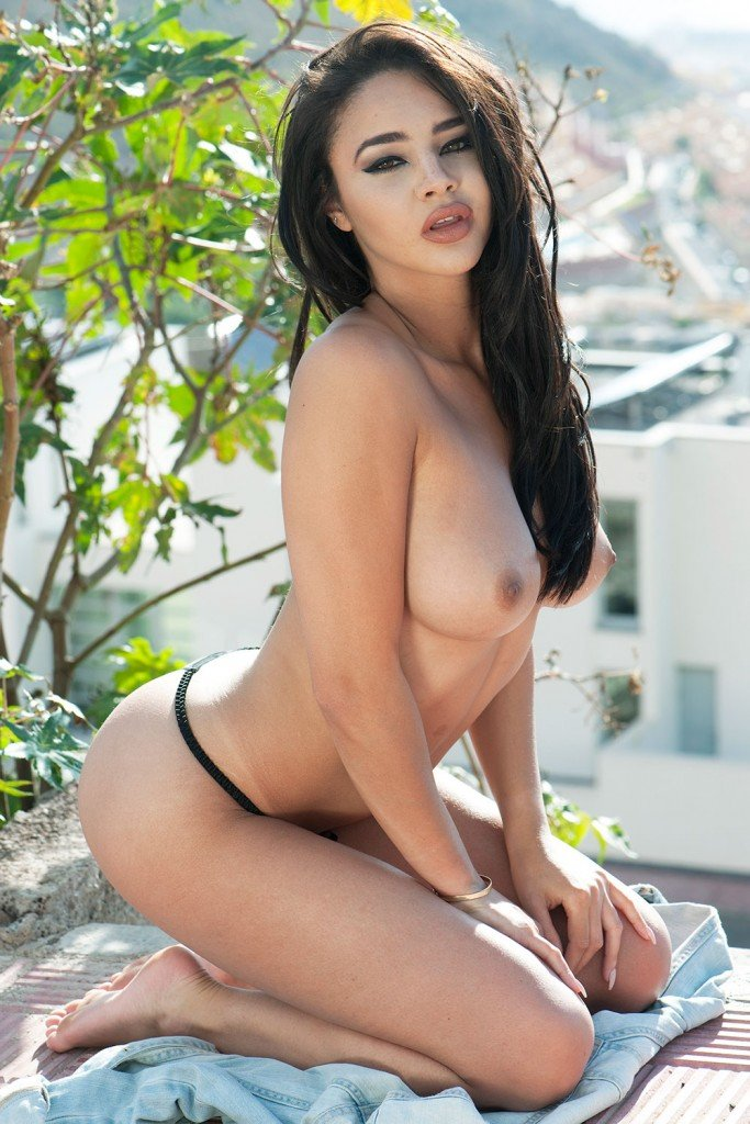 Courtnie Quinlan Topless – Page 3 (4 Photos)