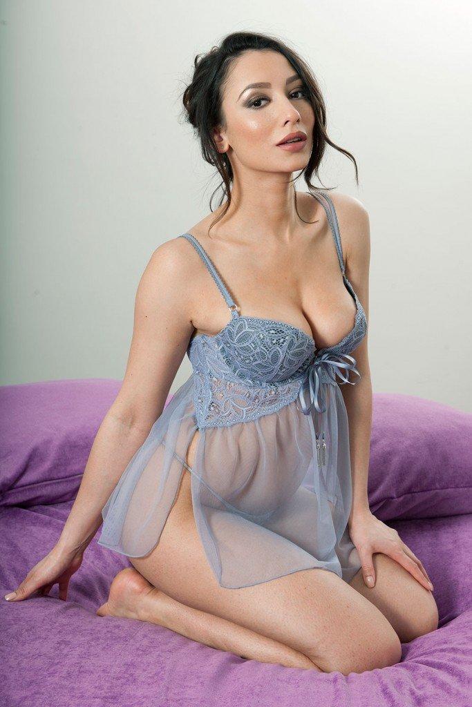 Nicola Paul Sexy and Topless (4 Photos)
