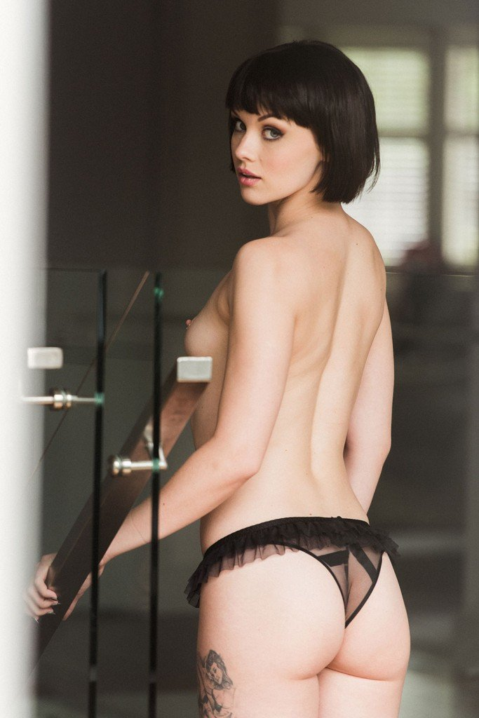 Mellisa Clarke Topless and Sexy (4 Photos)