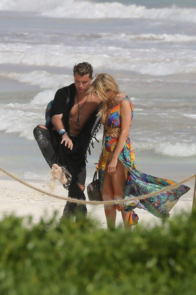 Paris Hilton Upskirt (16 Photos)