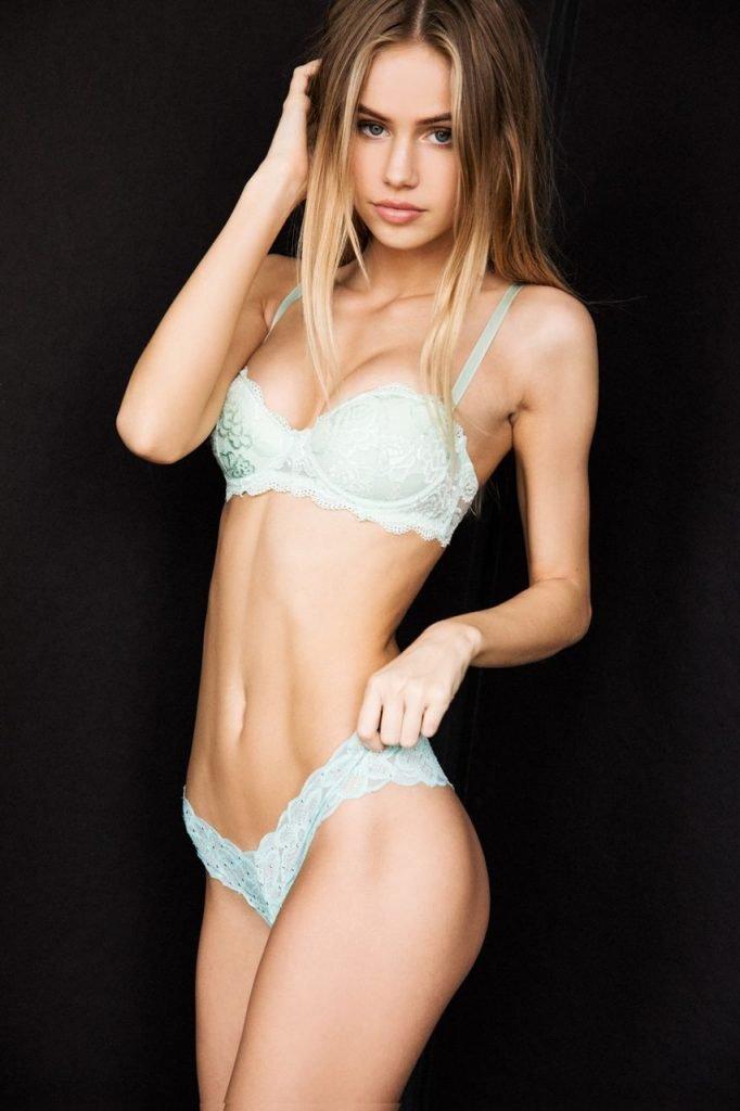 Scarlett Leithold Sexy & Topless (11 Photos)