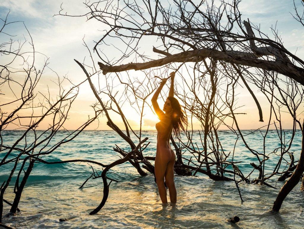 Isabeli Fontana Nude (2 Photos)