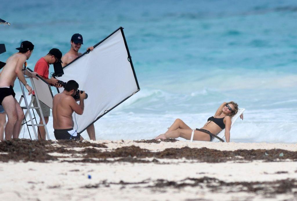Rosie Huntington-Whiteley Sexy & Topless (24 Photos)