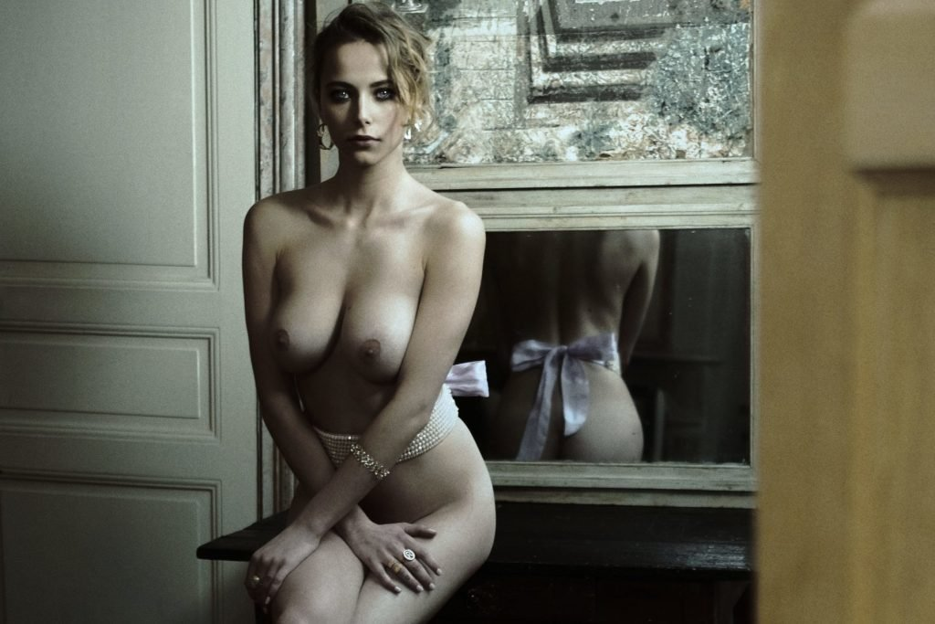 Coline Aulagnier Sexy & Topless (5 Photos)