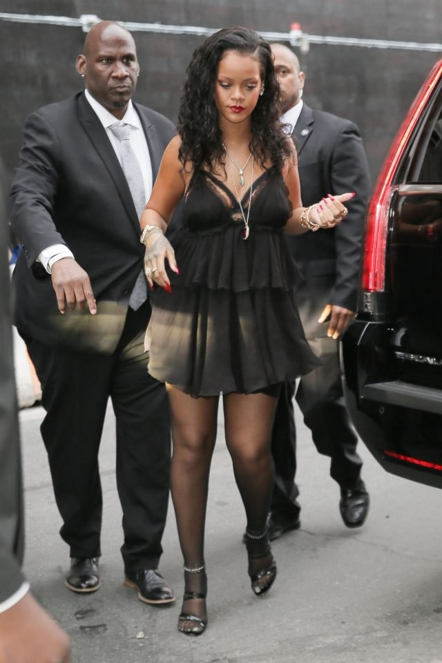 Rihanna Sexy (6 Photos + Videos)