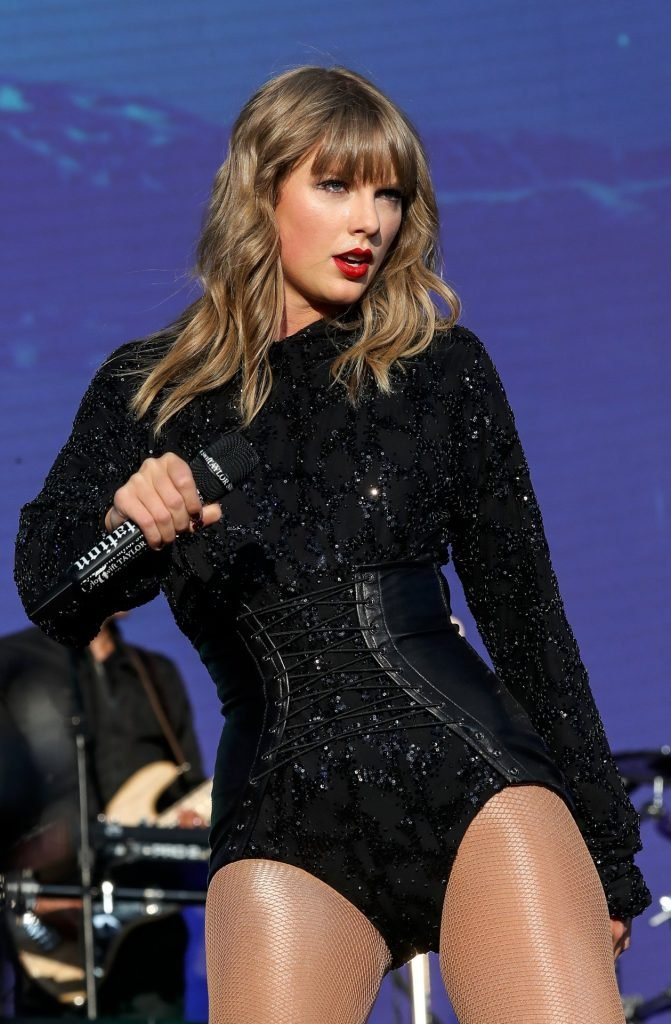 Taylor Swift Sexy (39 Photos + Video)