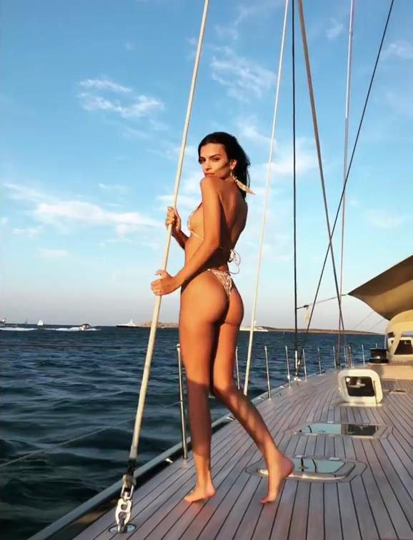 Emily Ratajkowski Sexy (62 Photos + GIF)