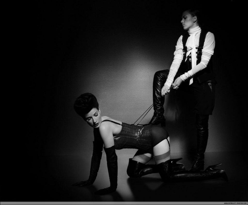 Dita von Teese Nude & Scarlett Johansson Sexy (12 Photos)