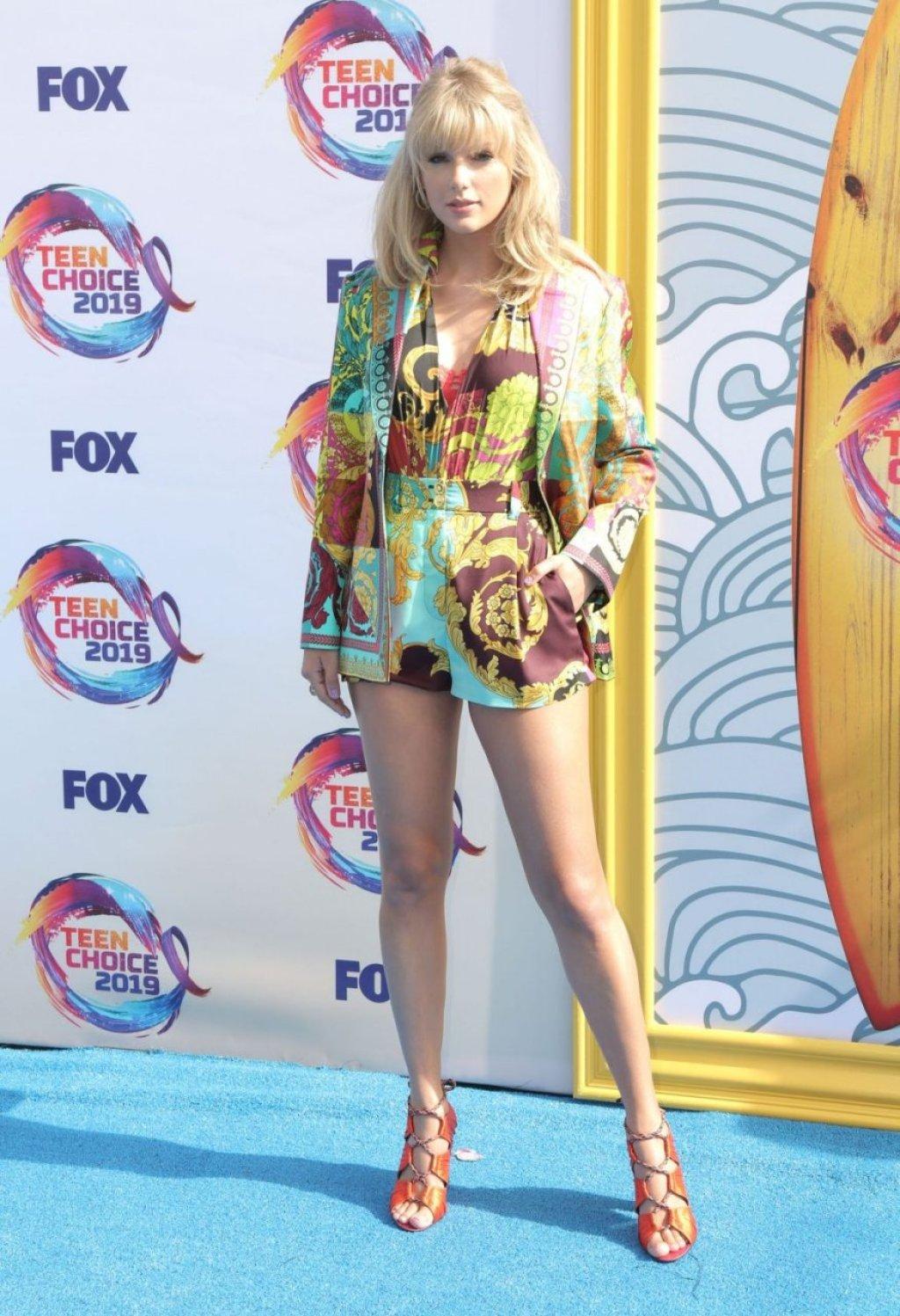 Taylor Swift Sexy (62 Photos)