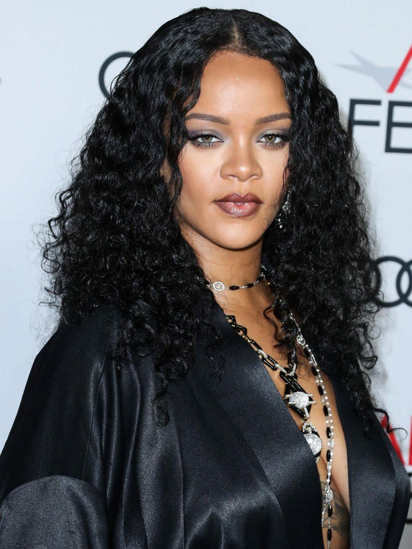 Rihanna Braless (100 Photos)