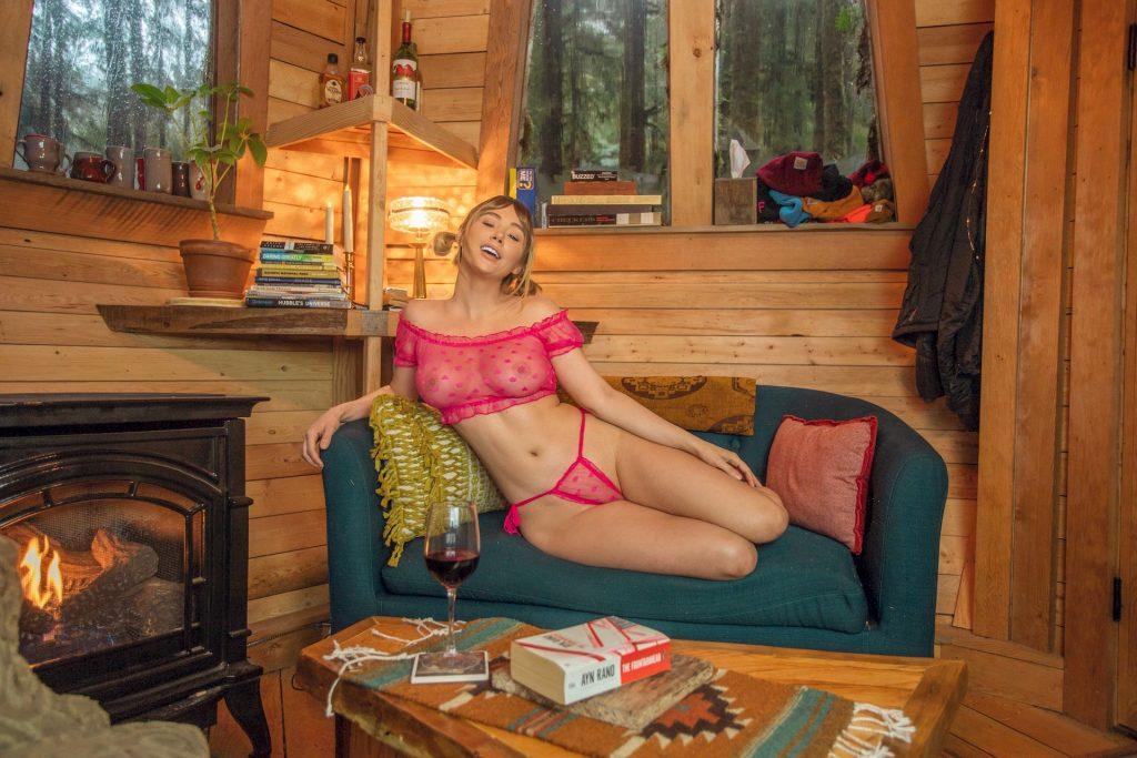 Sara Underwood Loves Her Pink (6 Photos)