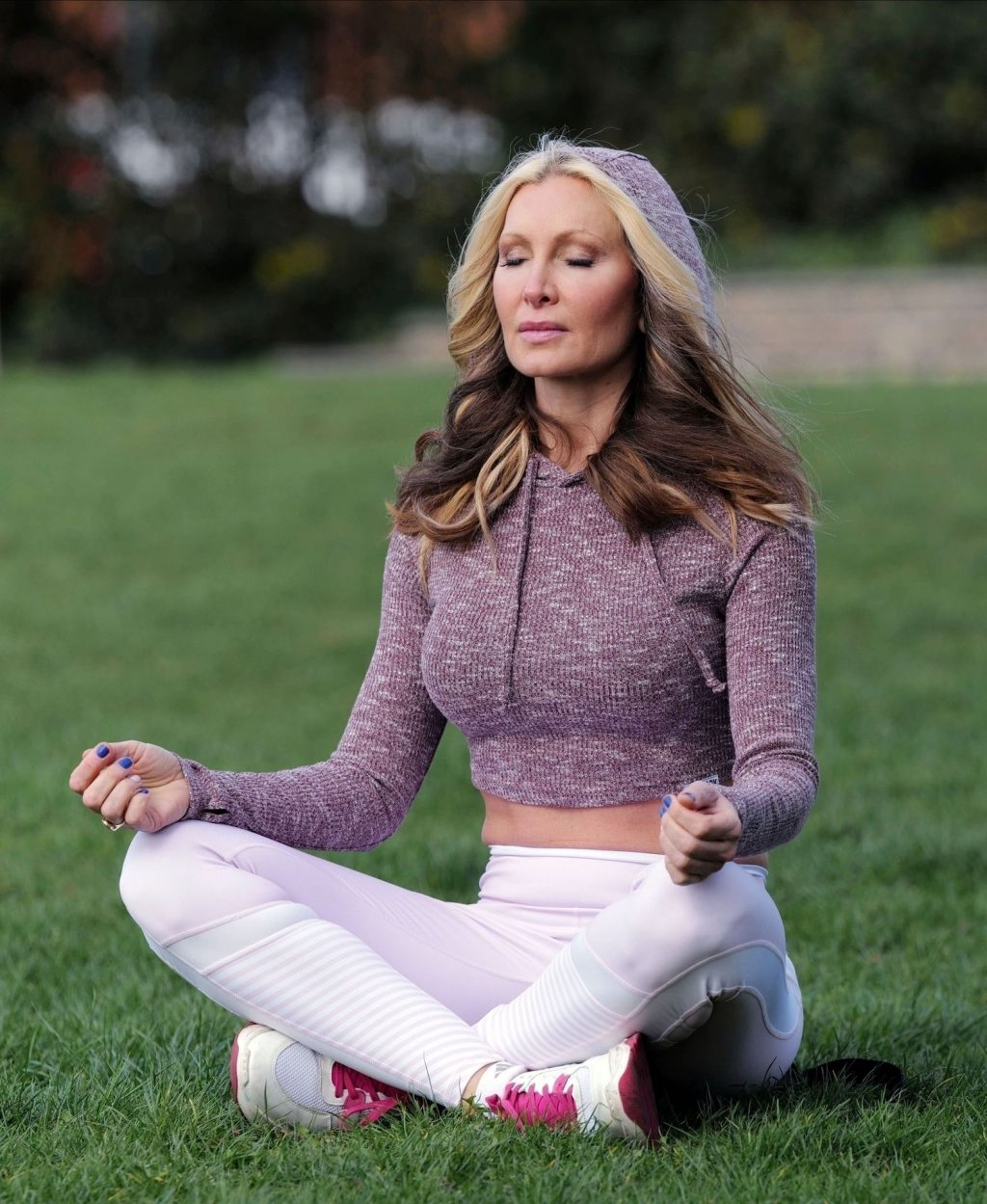 Caprice Takes a Serene Approach by Practicing the Art of Yoga in a London park (10 Photos)