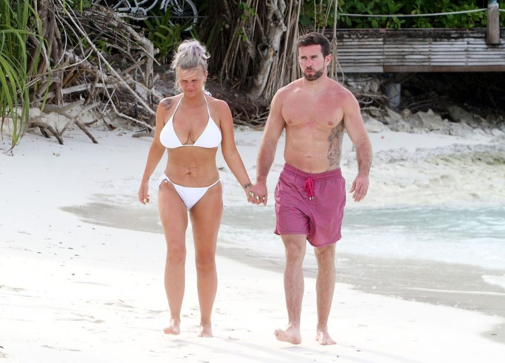 Kerry Katona & Ryan Mahoney Jump in a Canoe for Some Fun in the Indian Ocean (44 Photos)