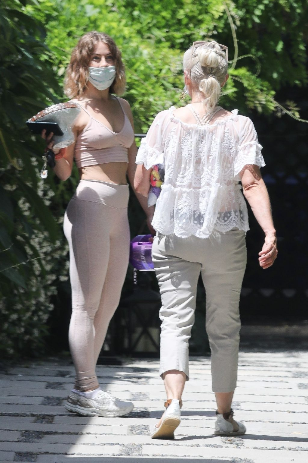 Ringless Julianne Hough Enjoys Brunch With Mom (38 Photos)