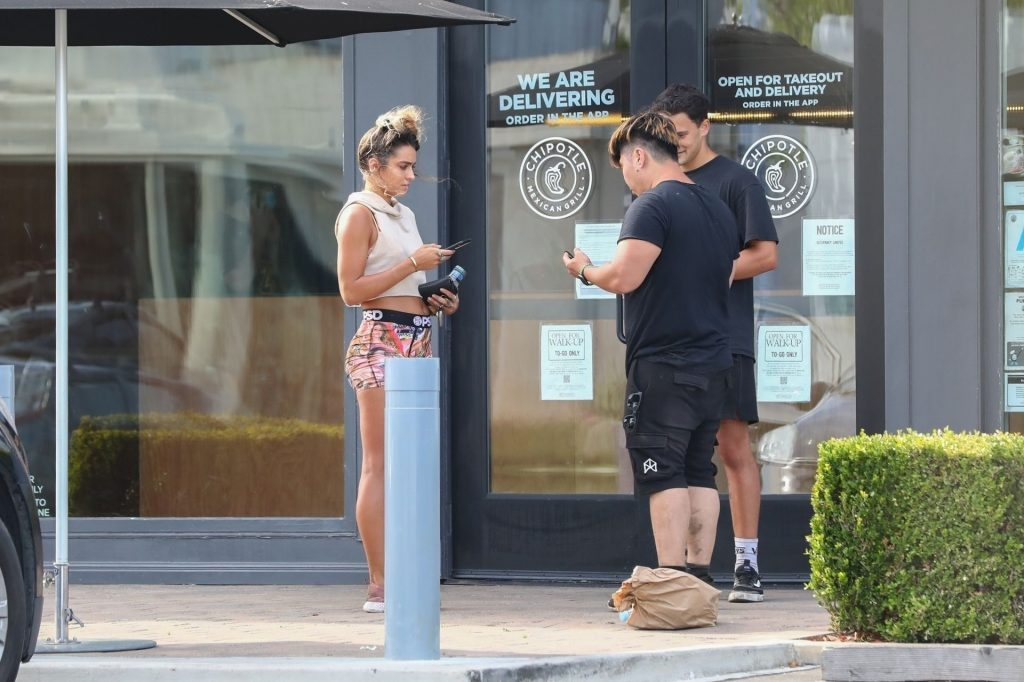 Sommer Ray Grabs a Bite with Friends at Chipotle (40 Photos)
