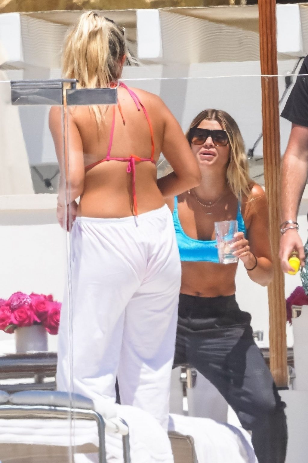 Sofia Richie Enjoys the Sunny Warm Weather with Friends in Malibu (43 Photos)