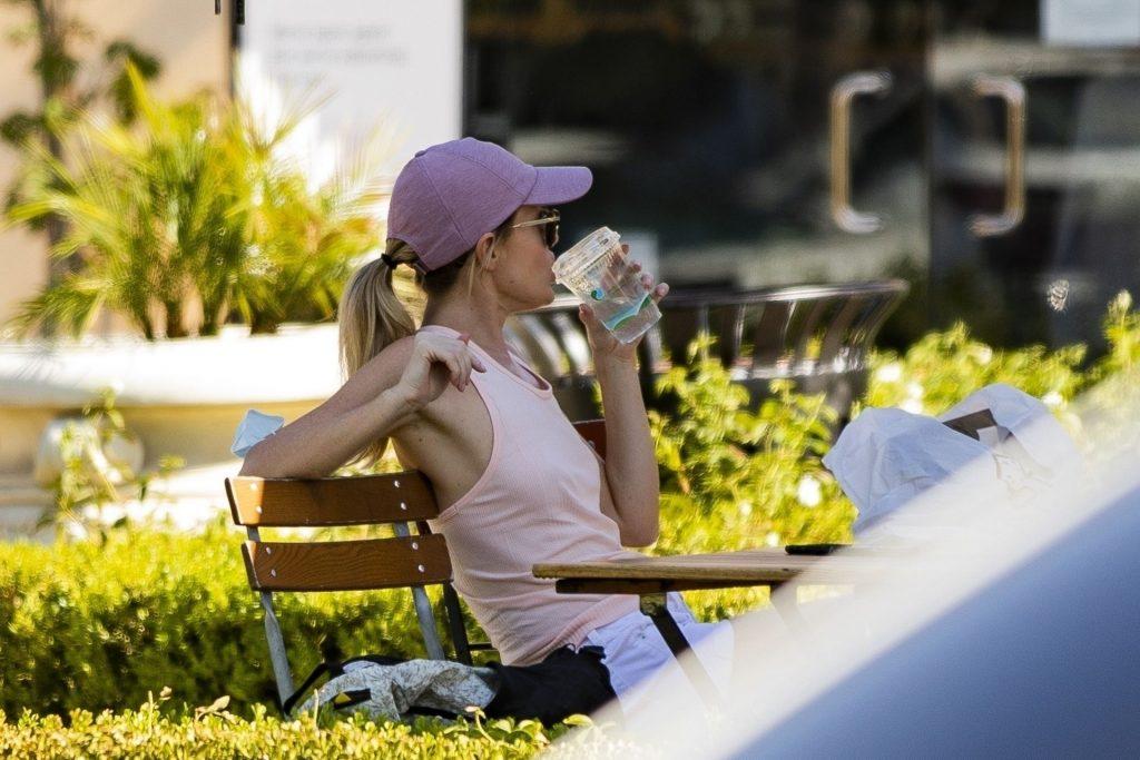 Hayley Roberts Eats Her Avacado Toast Braless (25 Photos)