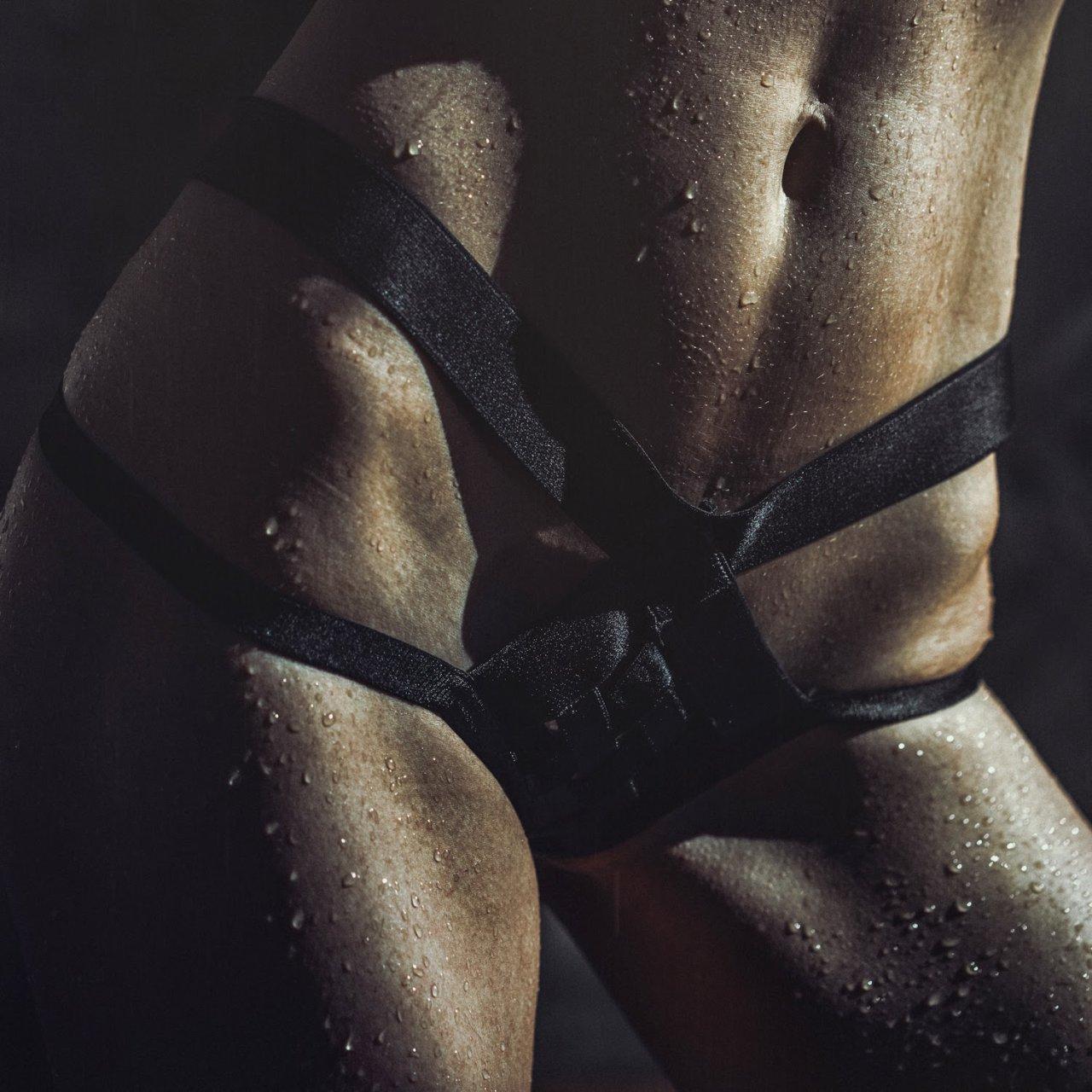 Julia Lescova in micro bikini
