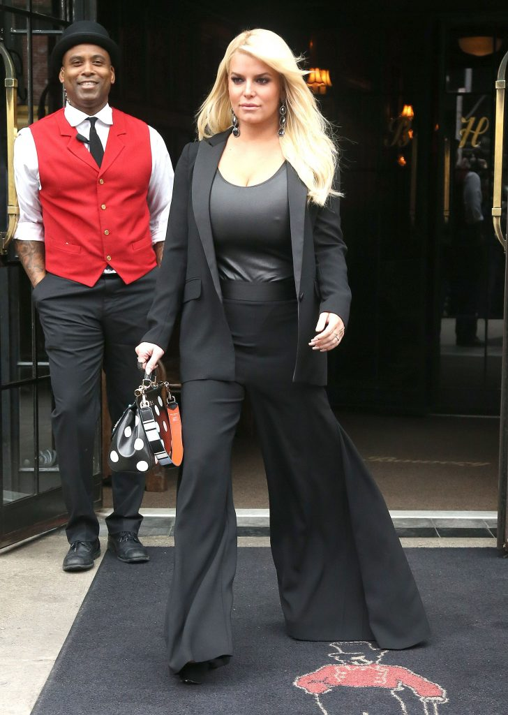 Jessica Simpson's Pokies In An Unflattering Outfit