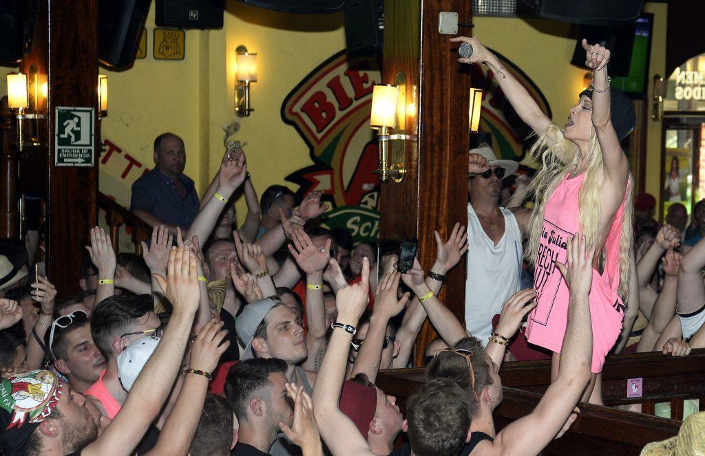 Mia Julia Bruckner: And The Crowd Goes Wild