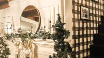 Decorating your mantel – Christmas edition!