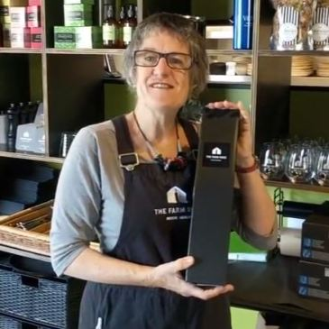 Buying a fabulous bottle of East Coast wine as a gift? We've got you covered with our stylish bottle bag.